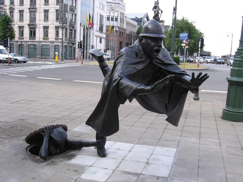 Памятник сантехнику и полицейскому в Бельгии
