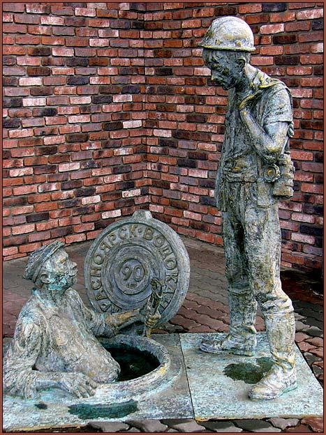 Памятник сантехнику и его стажеру в Красноярске