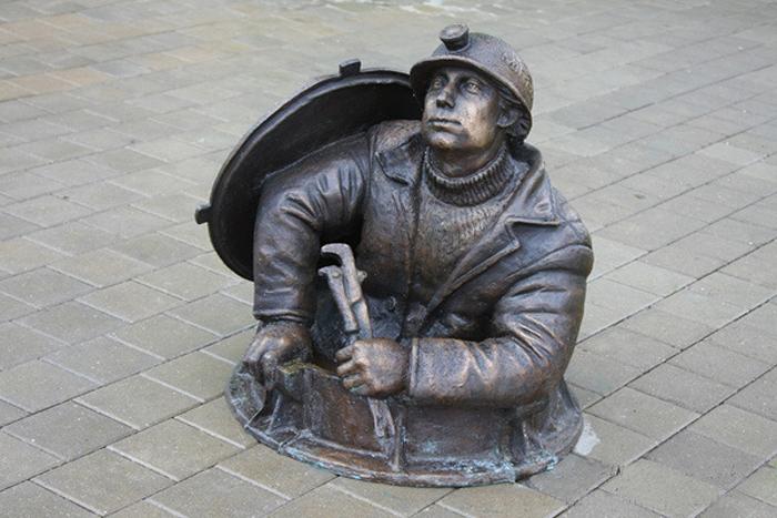 Памятник сантехнику в Москве