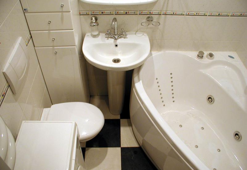 Как обустроить маленькую ванную комнату?